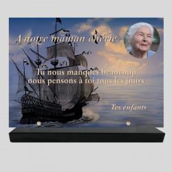 Plaque funéraire Rectangle personnalisée - Paysage de voilier sur la mer - sur socle en granit